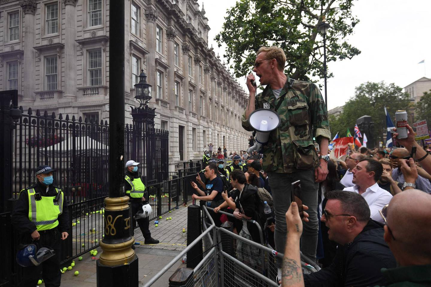 Laurence Fox, Reclaim party leader speaks during an anti-Vaccine and anti-lockdown demonstration outside Downing street in central London, on June 26, 2021.  / AFP / DANIEL LEAL-OLIVAS