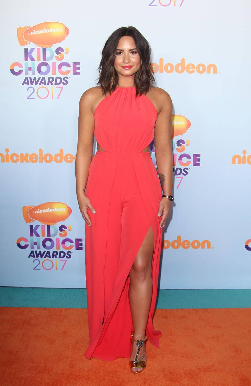 epa05843731 US singer Demi Lovato arrives for the 2017 Nickelodeon Kids Choice Awards at USC Galen Center in Los Angeles, California, USA, 11 March 2017.  EPA/JIMMY MORRISON