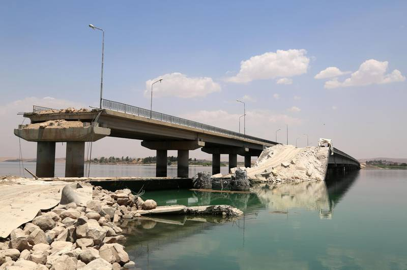 A general view shows a bridge that was destroyed by the Islamic State (IS) group after they took control of the river crossing and rebuilt the bridge as US-backed Kurdish and Arab fighters advance into the Islamic State (IS) jihadist's group bastion of Manbij, in northern Syria, on June 23, 2016. - Backed by air strikes by the US-led coalition bombing IS in Syria and Iraq, fighters with the Syrian Democratic Forces (SDF) alliance entered Manbij from the south, a monitoring group said. (Photo by DELIL SOULEIMAN / AFP)