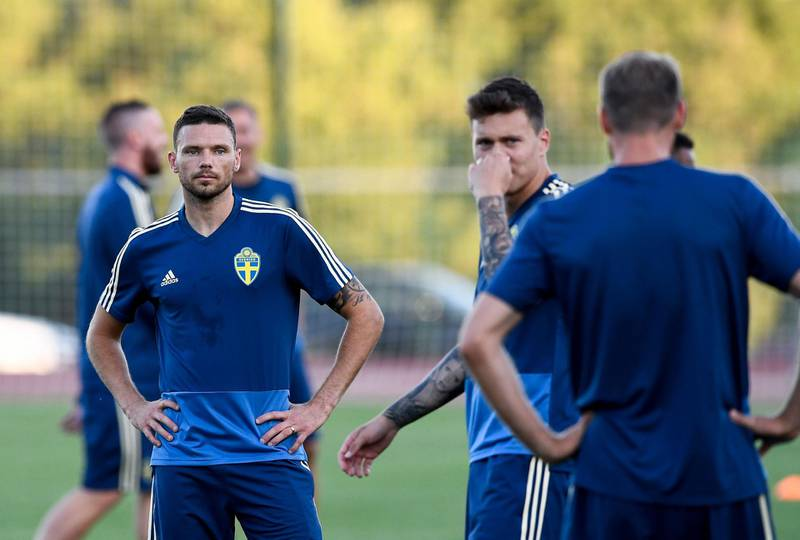 Sweden's forward Marcus Berg (L) attends a training session on June 12, 2018 at Spartak stadium in Gelendzhik, ahead of the Russia 2018 World Cup football tournament.   / AFP / Jonathan NACKSTRAND