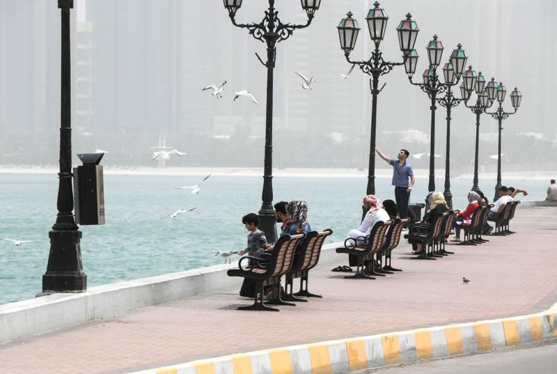 Abu Dhabi, United Arab Emirates - People enjoy the hazy weather along the Corniche. Khushnum Bhandari for The National