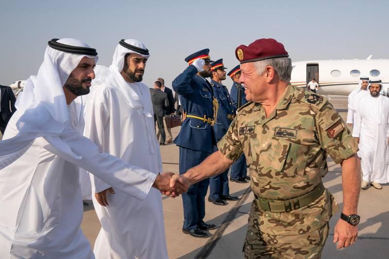 AL DHAFRA REGION, ABU DHABI, UNITED ARAB EMIRATES - June 26, 2019: HM King Abdullah II, King of Jordan (R) greets HH Sheikh Mohamed bin Hamad bin Tahnoon Al Nahyan (L), prior to the UAE and Jordan joint military drill, Titled 'Bonds of Strength', at Al Hamra Camp. Seen with HH Sheikh Diab bin Tahnoon bin Mohamed Al Nahyan (2nd L).  ( Mohamed Al Hammadi / Ministry of Presidential Affairs ) ---