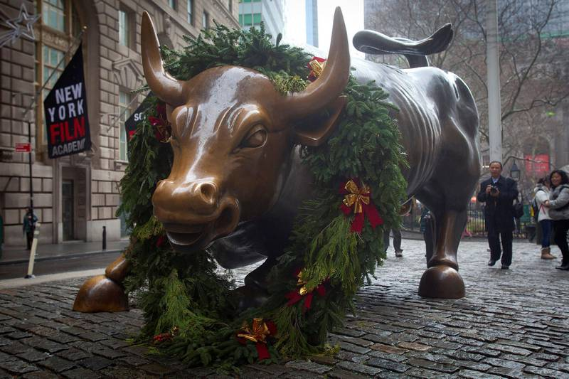 FILE PHOTO: The Wall Street bull statue is pictured in the Manhattan Borough of New York, December 23, 2014. U.S. stocks advanced on Tuesday, as the Dow climbed above the 18,000 mark for the first time in history and the S&P 500 set a new intraday record after an unexpectedly strong report on economic growth.   REUTERS/Carlo Allegri      (UNITED STATES - Tags: BUSINESS)/File Photo