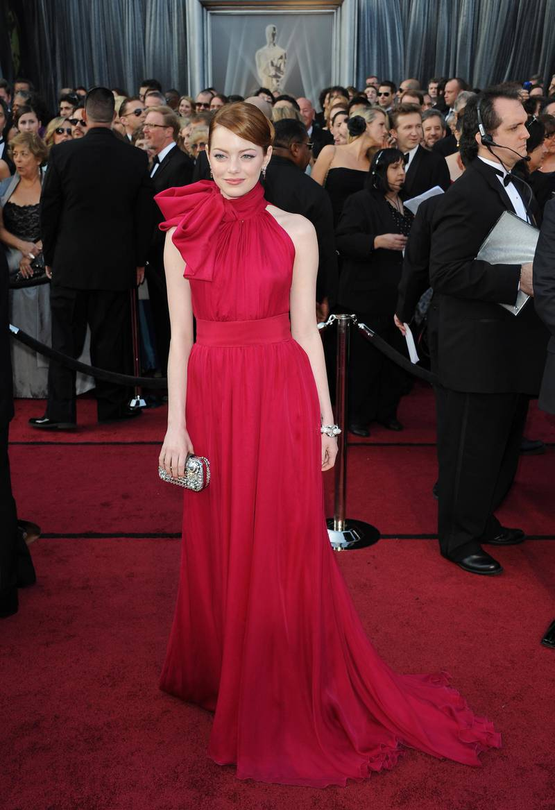 epa03123584 US actress Emma Stone arrives for the 84th annual Academy Awards at the Hollywood and Highland Center in Hollywood, California, USA, 26 February 2012. The Oscars are presented for outstanding individual or collective efforts in up to 24 categories in filmmaking.  EPA/MIKE NELSON