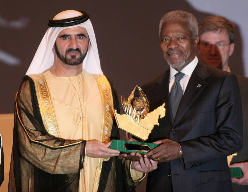 Vice President and Prime Minister of the UAE Sheikh Mohammed bin Rashid al-Maktoum (L) presents United Nations Secretary General Kofi Annan with the Zayed International Prize for the Environment in Dubai 06 February 2006.  AFP PHOTO/Nasser YUNES (Photo by NASSER YOUNES / AFP)