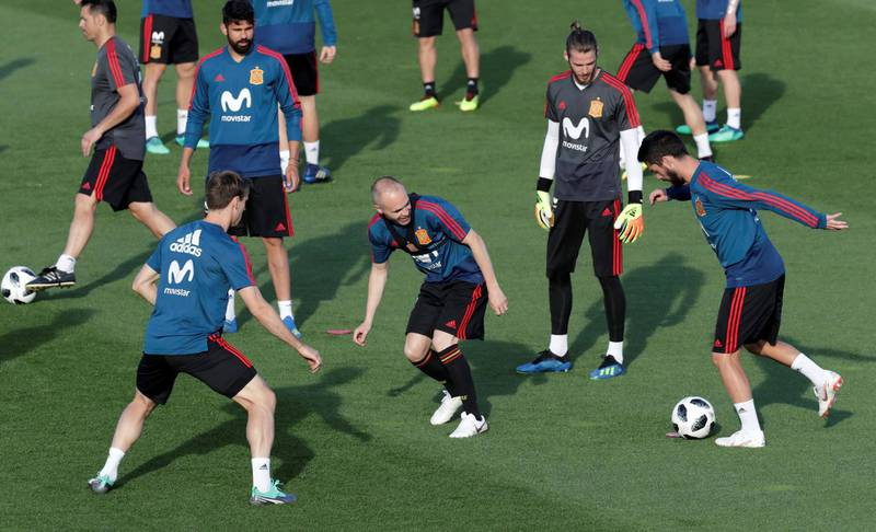 epa06778980 Spanish national soccer team players David de Gea (2-R), Diego Costa (2-L) and Andres Iniesta (C) during their team's training session at Las Rozas sports facilities in Madrid, Spain, 01 June 2018. The Spanish team prepares for the FIFA World Cup 2018 taking place in Russia from 14 June until 15 July 2018.  EPA/ZIPI