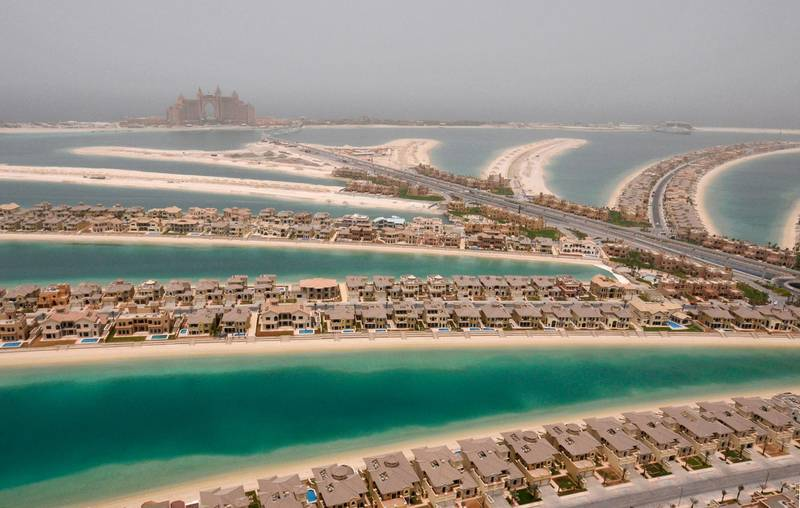 Villas are seen on The Palm, Jumeirah, with Atlantis, The Palm, currently under construction, on the breakwater (surrounding crescent) in Dubai, May 3, 2008. Atlantis, The Palm is scheduled to be completed on September 24, 2008. REUTERS/Jumana El Heloueh (UNITED ARAB EMIRATES)