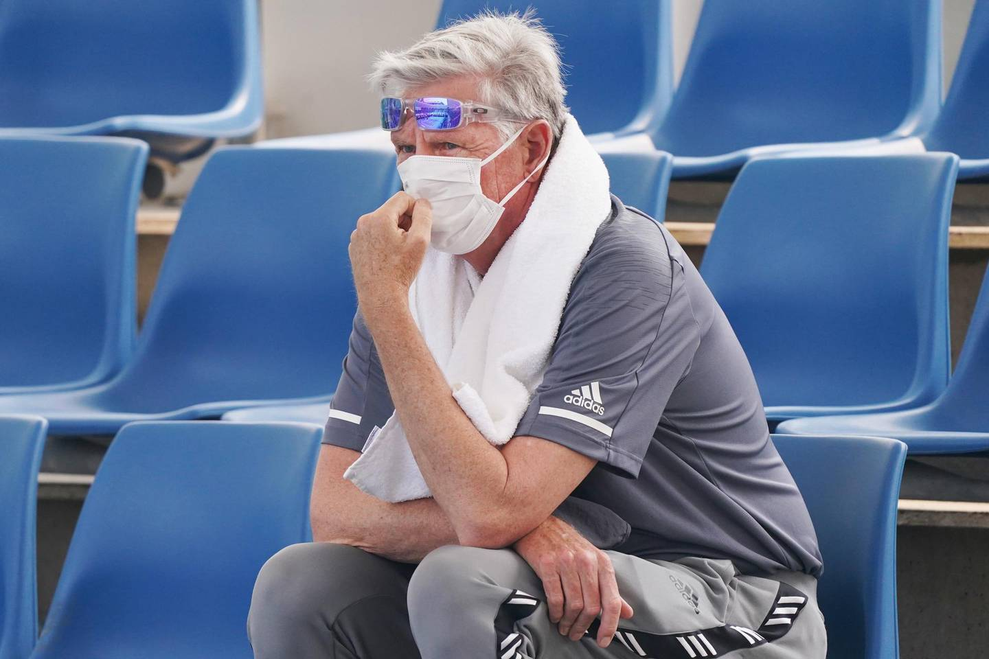epa08126191 A spectator wears a mask due to poor air quality during qualifying at the Australian Open at Melbourne Park in Melbourne, Australia, 14 January 2020.  EPA/MICHAEL DODGE EDITORIAL USE ONLY AUSTRALIA AND NEW ZEALAND OUT
