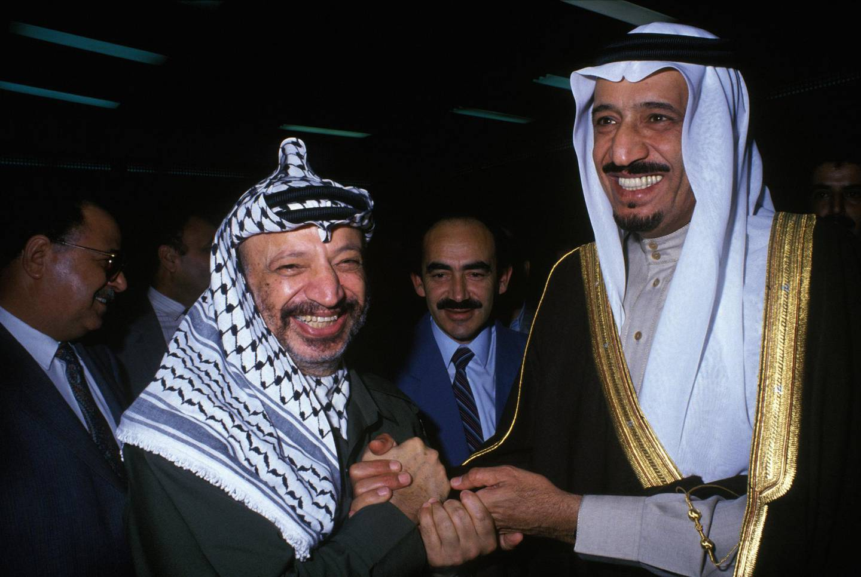 ALGIERS, ALGERIA - NOVEMBER 20: Saudi Prince Salman bin Abdul-Aziz Al Saud, Governor of Riyadh Province, with PLO leader Yasser Arafat on November 20, 1988 in Algiers, Algeria. (Photo by Mohamed LOUNES/Gamma-Rapho via Getty Images)