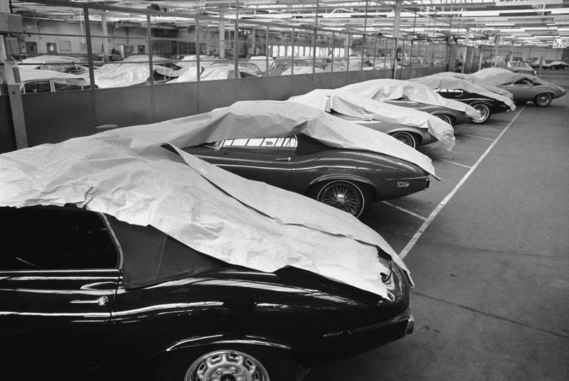 A line of new Jaguar E-type sports cars under dust sheets at the Jaguar factory, Coventry, 2nd September 1972. (Photo by Frank Tewkesbury/Evening Standard/Hulton Archive/Getty Images)