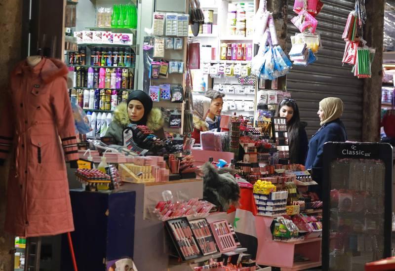 Syrians shop in the Hamidiya bazaar in the old city of Syria's capital Damascus on December 3, 2019. / AFP / LOUAI BESHARA