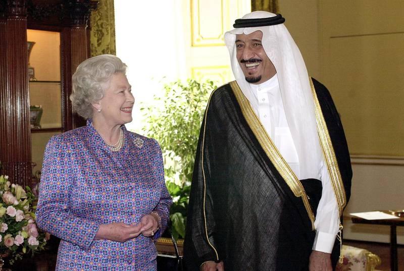 Britain's Queen Elizabeth II and Prince Salman bin Abdul Aziz of Saudi Arabia before going in to lunch at Buckingham Palace in London 28 June 2000. / AFP PHOTO / POOL / FIONA HANSON