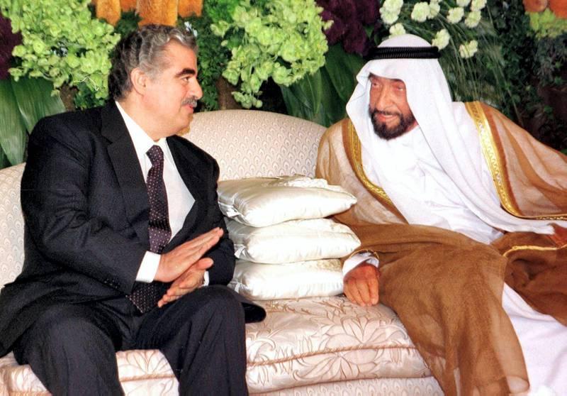 United Arab Emirates President  Sheikh Zayed ibn Sultan al-Nahyan (L) meet former Lebanese Prime Minister Rafic Hariri in Dubai 17 March 1999. Hariri in Dubai for a three day official visit. (Photo by RABIH MOGHRABI / AFP)