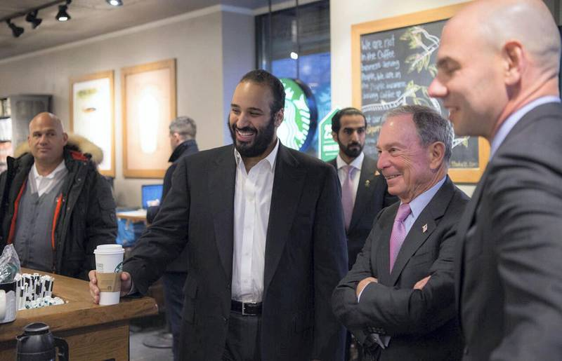 """A handout picture provided by the Saudi Royal Palace on March 28, 2018, shows Saudi Crown Prince Mohammed bin Salman (C) ordering coffee with former New York mayor Michael Bloomberg (2nd-R) at a coffee shop in New York. / AFP PHOTO / Saudi Royal Palace / BANDAR AL-JALOUD / RESTRICTED TO EDITORIAL USE - MANDATORY CREDIT """"AFP PHOTO / SAUDI ROYAL PALACE / BANDAR AL-JALOUD"""" - NO MARKETING - NO ADVERTISING CAMPAIGNS - DISTRIBUTED AS A SERVICE TO CLIENTS"""