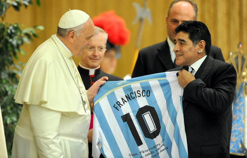 ROME, ITALY - SEPTEMBER 01:  Pope Francis meets Diego Maradona during an audience with the players of the 'Partita Interreligiosa Della Pace' at Paul VI Hall  before the Interreligious Match For Peace at Olimpico Stadium on September 1, 2014 in Rome, Italy.  (Photo by Pier Marco Tacca/Getty Images)