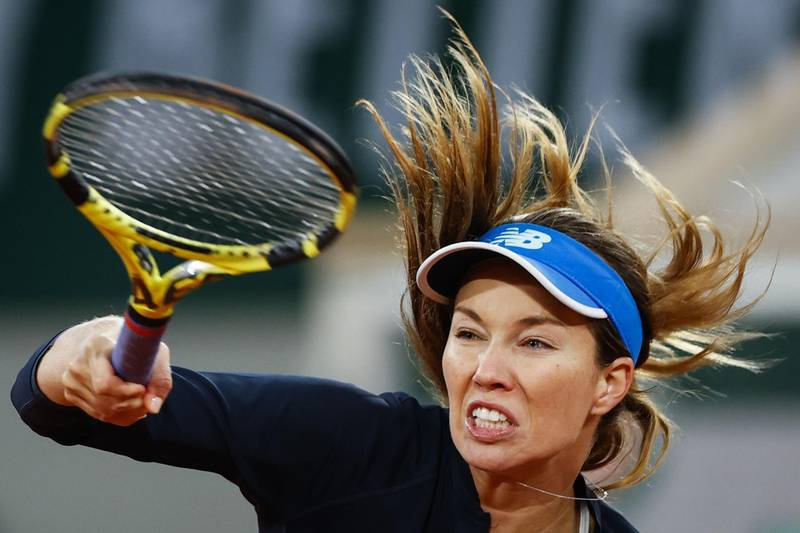 TOPSHOT - Danielle Collins of the US returns the ball to Tunisia's Ons Jabeur during their women's singles fourth round tennis match on Day 10 of The Roland Garros 2020 French Open tennis tournament in Paris on October 6, 2020. / AFP / Thomas SAMSON