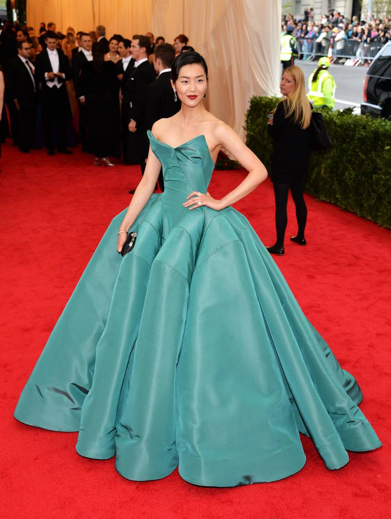 epa04193027 Chinese model Liu Wen arrives for the 2014 Anna Wintour Costume Center Gala held at the New York Metropolitan Museum of Art in New York, New York, USA, 05 May 2014. The Costume Institute's new Anna Wintour Costume Center opens on 08 May with the exhibition 'Charles James: Beyond Fashion.'  EPA/JUSTIN LANE