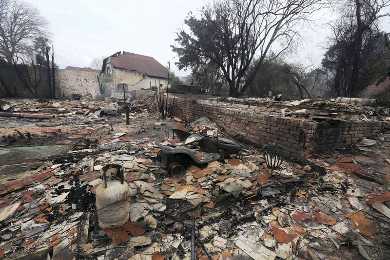 epa06018367 A general view showing destroyed house after a raging bush fire swept through the seaside town of Knysna, South Africa, 08 June 2017 (issued 09 June 2017). The town of 10, 000 people was evacuated late 07 June, after the fire swep tthrough the forests in the area and into the town. An estimated 150 houses where destroyed.  EPA/STR *** Local Caption *** 53574964