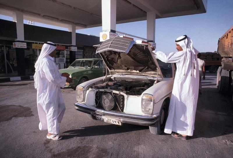 Station service, en octobre 1977, à Dubaï, Emirats Arabes Unis. (Photo by François LOCHON/Gamma-Rapho via Getty Images)