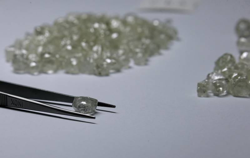 Diamonds are displayed during a visit to the De Beers Global Sightholder Sales (GSS) in the capital Gaborone in Botswana November 24, 2015. REUTERS/Siphiwe Sibeko