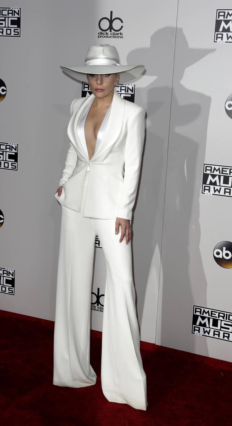 epa05640521 Lady Gaga arrives for the 2016 American Music Awards at the Microsoft Theatre in Los Angeles, California, USA, 20 November 2016.  EPA/PAUL BUCK