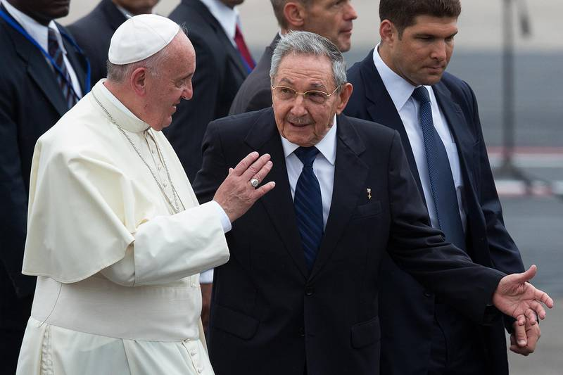 HAVANA, CUBA - SEPTEMBER 19:  Pope Francis walks with Cuba's President Raul Castro (R) as he arrives at Jose Marti International Airport on September 19, 2015 in Havana, Cuba. Pope Francis is at the beginning of a three day visit to Cuba where he will meet President Raul Castro and hold Mass in Revolution Square before travelling to Holguin, Santiago de Cuba and El Cobre then onwards to the United States.  (Photo by Carl Court/Getty Images)