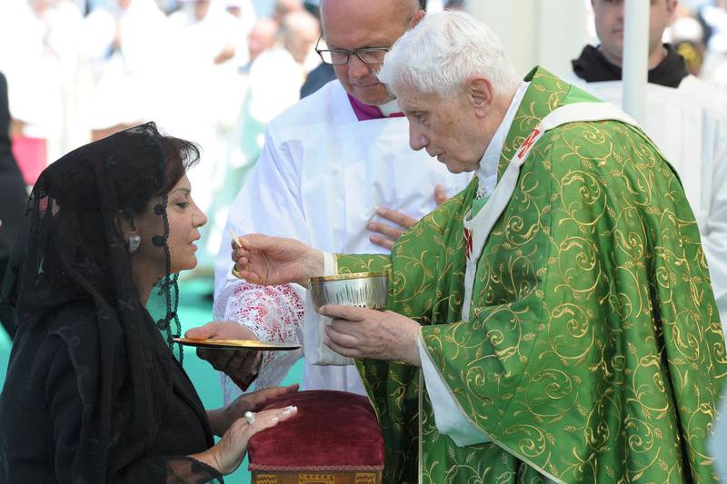 """A handout picture released by the Lebanese photo agency Dalati and Nohra shows Wafa the wife of Lebanese President Michel Sleiman receiving communion from Pope Benedict XVI during an open-air mass along Beirut's waterfront on September 16, 2012, on the final day of his visit to Lebanon. AFP PHOTO/HO/DALATI AND NOHRA == RESTRICTED TO EDITORIAL USE - MANDATORY CREDIT """" AFP PHOTO / HO / DALATI AND NOHRA """" - NO MARKETING NO ADVERTISING CAMPAIGNS - DISTRIBUTED AS A SERVICE TO CLIENTS (Photo by - / DALATI AND NOHRA / AFP)"""