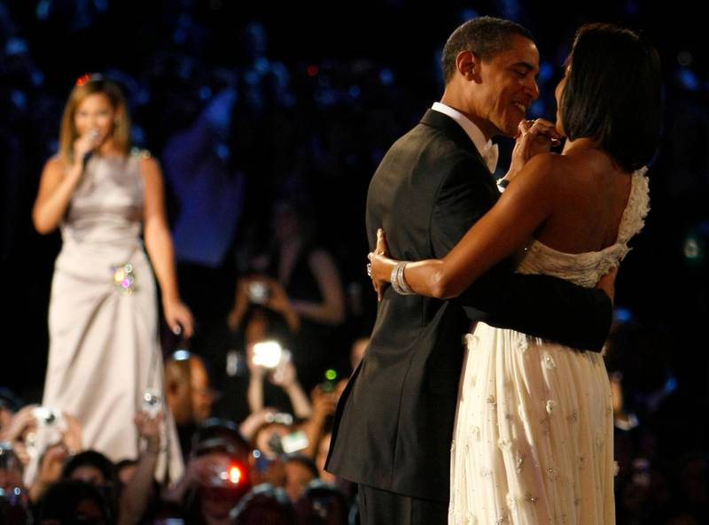 U.S. President Barack Obama (C) and his wife Michelle (R) are serenaded by Beyonce in their first dance of the night during the Neighborhood Inaugural Ball in Washington January 20, 2009.  Barack Obama took power as the first black U.S. president on Tuesday and quickly turned the page on the Bush years, urging Americans to rally to end the worst economic crisis in generations and repair the U.S. image abroad.     REUTERS/Rick Wilking (UNITED STATES)