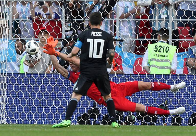 Soccer Football - World Cup - Group D - Argentina vs Iceland - Spartak Stadium, Moscow, Russia - June 16, 2018   Iceland's Hannes Por Halldorsson saves a penalty taken by Argentina's Lionel Messi    REUTERS/Albert Gea     TPX IMAGES OF THE DAY