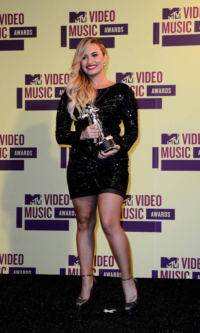 epa03387460 US singer Demi Lovato poses with her award for Best Video With a Message at the MTV Video Music Awards in Los Angeles, California, USA, 06 September 2012.  EPA/PAUL BUCK