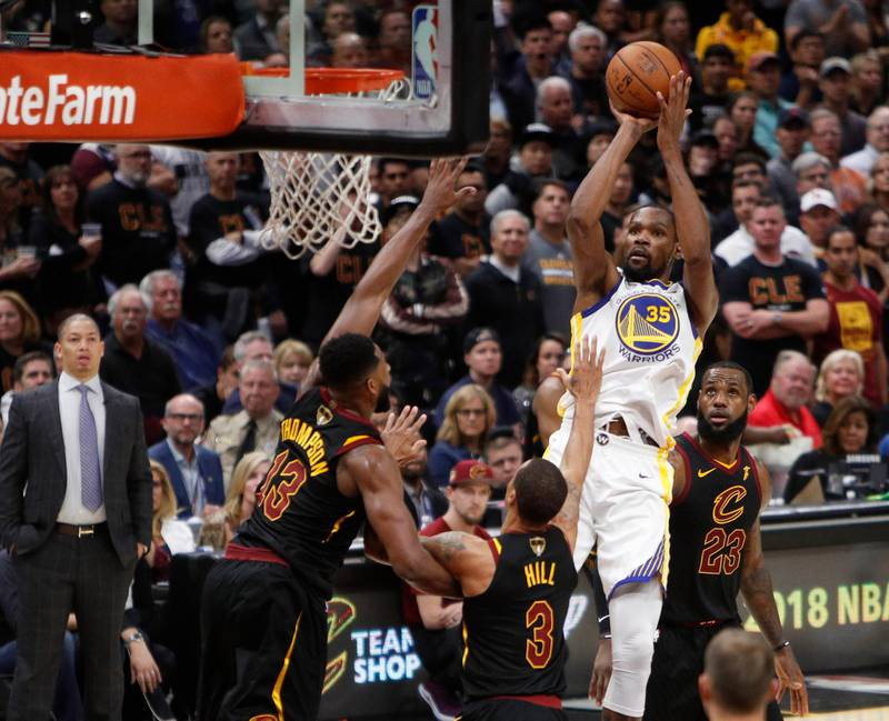 epaselect epa06790097 Golden State Warriors forward Kevin Durant (2-R) shoots over the Cleveland Cavaliers during the second half of the NBA Finals basketball game three between the Golden State Warriors and the Cleveland Cavaliers at the Quicken Loans Arena in Cleveland, Ohio, USA, 06 June 2018.  EPA/DAVID MAXWELL  SHUTTERSTOCK OUT
