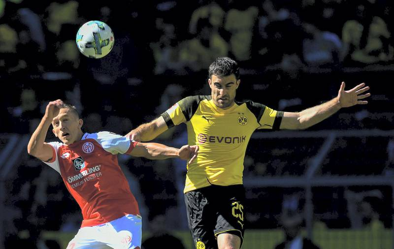 Dortmund's Greek defender Sokratis Papastathopoulos (R) and Mainz's Argentinian forward Pablo De Blasis vie for the ball during the German first division Bundesliga football match Borussia Dortmund vs Mainz 05 in Dortmund, western Germany, on May 5, 2018. / AFP PHOTO / SASCHA SCHUERMANN / RESTRICTIONS: DURING MATCH TIME: DFL RULES TO LIMIT THE ONLINE USAGE TO 15 PICTURES PER MATCH AND FORBID IMAGE SEQUENCES TO SIMULATE VIDEO. == RESTRICTED TO EDITORIAL USE == FOR FURTHER QUERIES PLEASE CONTACT DFL DIRECTLY AT + 49 69 650050