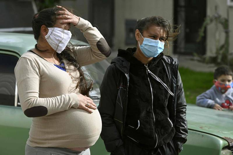 A pregnant resident speaks to the press at the Villa Azul shantytown after the provincial government detected at least 53 people infected with the new coronavirus and decided to isolate the entire neighborhood, in Quilmes, Buenos Aires province, Argentina, on May 25, 2020. / AFP / JUAN MABROMATA