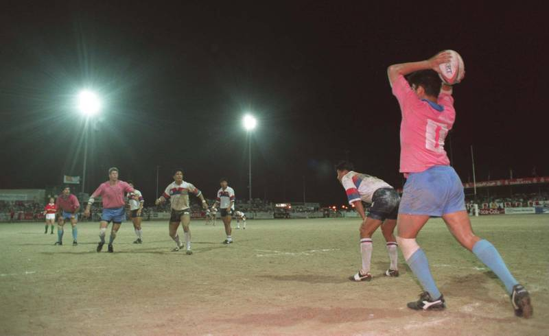 25 NOV 1994:  WARBLERS TAKE A LINE OUT THROW IN DURING THE FINAL OF THE DUBAI RUGBY SEVENS FOR THE EMIRATES TROPHY BETWEEN KOREA AND WARBLERS. KOREA WON THE MATCH 21-20. Mandatory Credit: Gary Prior/ALLSPORT