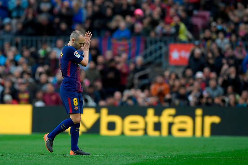 Barcelona's Spanish midfielder Andres Iniesta leaves the pitch during the Spanish league football match FC Barcelona against Club Atletico de Madrid at the Camp Nou stadium in Barcelona on March 04, 2018. / AFP PHOTO / LLUIS GENE