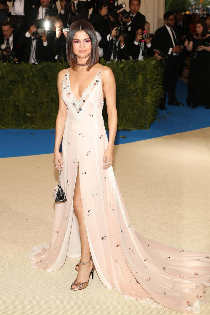 epa05939840 Selena Gomez arrives on the red carpet for the Metropolitan Museum of Art Costume Institute's benefit celebrating the opening of the exhibit 'Rei Kawakubo/Comme des Garçons: Art of the In-Between' in New York, New York, USA, 01 May 2017. The exhibit will be on view at the Metropolitan Museum of Art?s Costume Institute from 04 May to 04 September 2017.  EPA/JUSTIN LANE