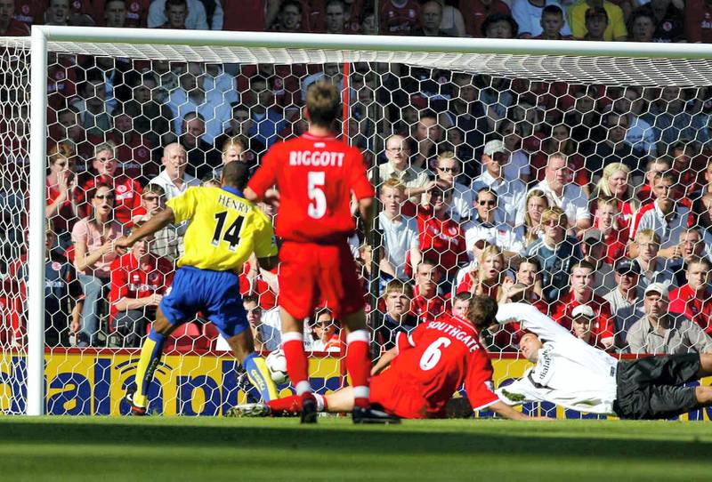Thierry Henry (L) scores Arsenal's first goal against Middlesbrough in their Premier league match at the Riverside Stadium, 24 August 2003.  UK OUT (Photo by MARTYN HARRISON / BLADES SPORTS PHOTOGRAPHY / AFP)