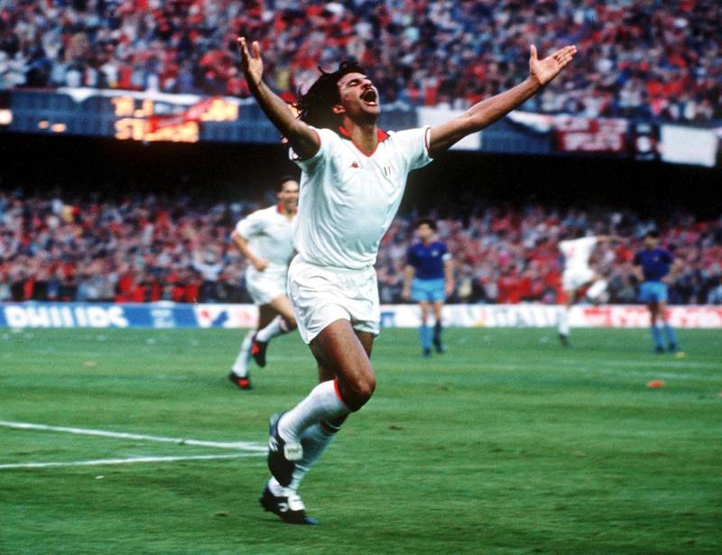 BARCELONA, SPAIN - MAY 24:  FUSSBALL: EUROPAPOKAL DER LANDESMEISTER 1989 FINALE in Barcelona, 24.05.89, AC MAILAND - STEAUA BUKAREST 4:0, JUBEL Ruud GULLIT/MAILAND  (Photo by Bongarts/Getty Images)