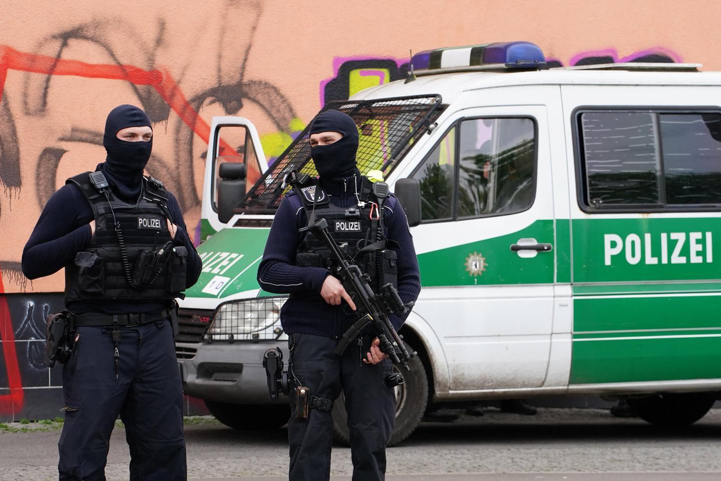 epa08393101 Policemen guard the scene in front of the islamic Al Irschad association in Berlin, Germany, 30 April 2020. German Minister of Interior, Construction and Homeland Horst Seehofer banned the Hezbollah in Germany. Police raided several locations German wide.  EPA/CLEMENS BILAN