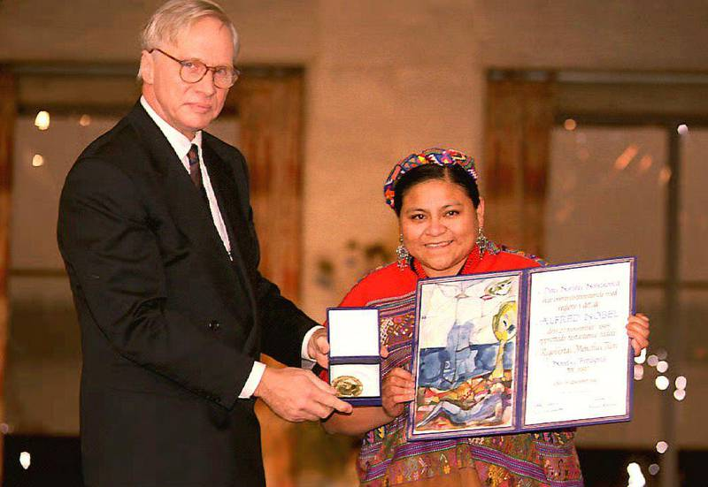Guatemalan Indian activist Rigoberta Menchu (R) displays her 1992 Nobel Peace Prize diploma and gold medal after receiving the prize from Francis Sejersted (L), chairman of the Nobel Committee, 10 December, 1992 in Oslo, Norway. Menchu, 34, is the ninth woman to win the award. (Photo by EPA / AFP)
