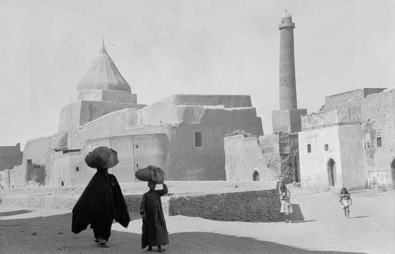 GJKMT8 Ancient Mosul, a Yezidi shrine to the left and the Nouri Mosque minaret to the right. Alamy