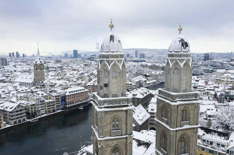 epa08939289 View of the snow-covered Grossmuenster church in Zurich, Switzerland, 15 January 2021. Record-breaking amounts of fresh snow have fallen in parts of Switzerland since Wednesday, with a massive impact on traffic.  EPA-EFE/ENNIO LEANZA *** Local Caption *** 56621260