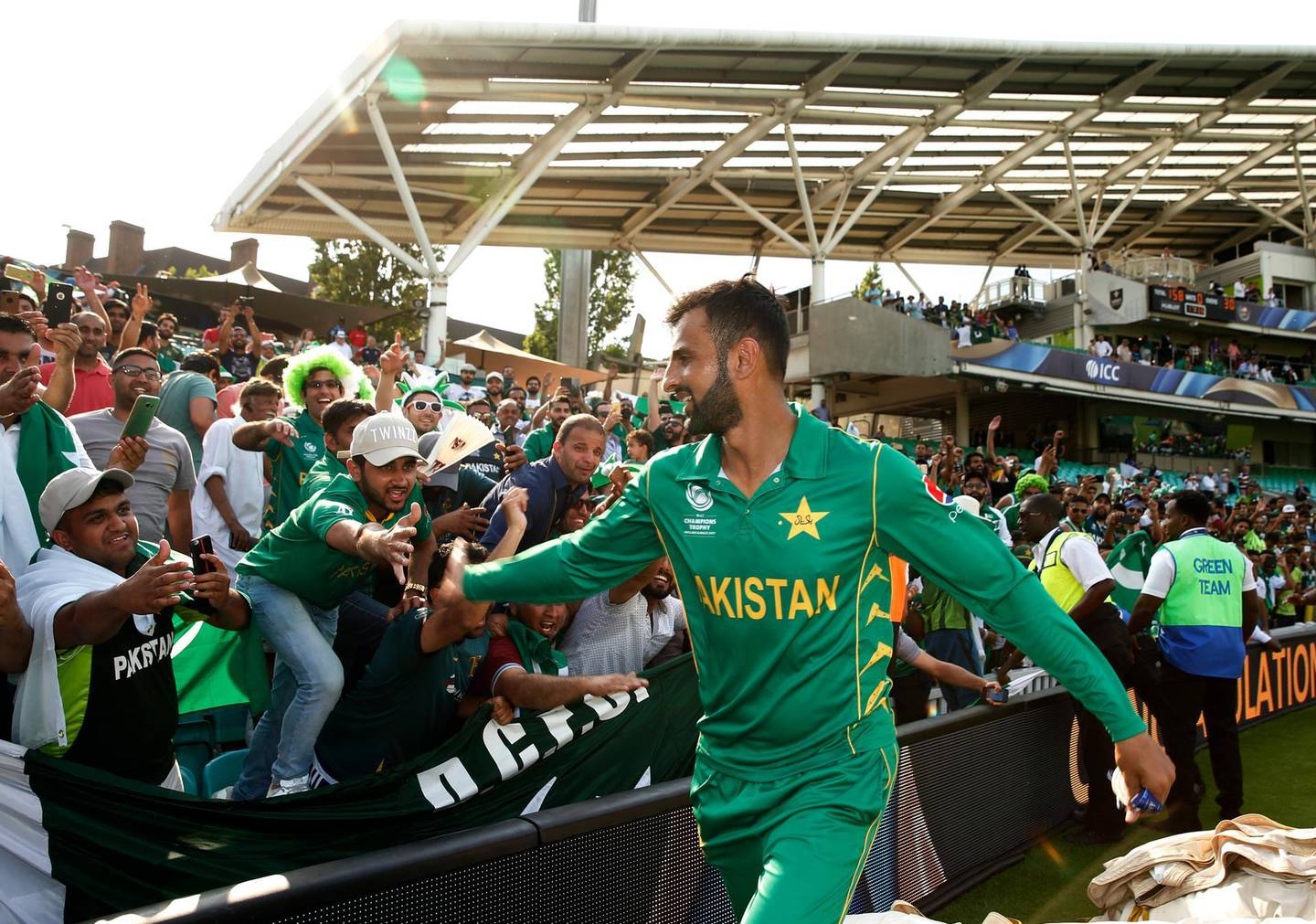 Britain Cricket - Pakistan v India - 2017 ICC Champions Trophy Final - The Oval - June 18, 2017 Pakistan's Shoaib Malik celebrates winning the ICC Champions Trophy with their fans Action Images via Reuters / Andrew Boyers Livepic EDITORIAL USE ONLY.