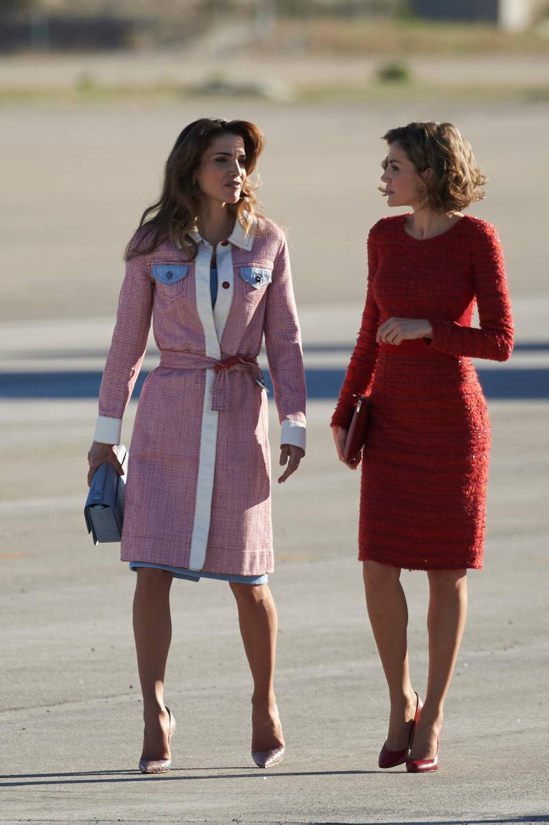 MADRID, SPAIN - NOVEMBER 19:  Queen Letizia of Spain (R) receives Queen Abdullah of Jordan (L) at the Barajas Airport on November 19, 2015 in Madrid, Spain.  (Photo by Carlos Alvarez/Getty Images)