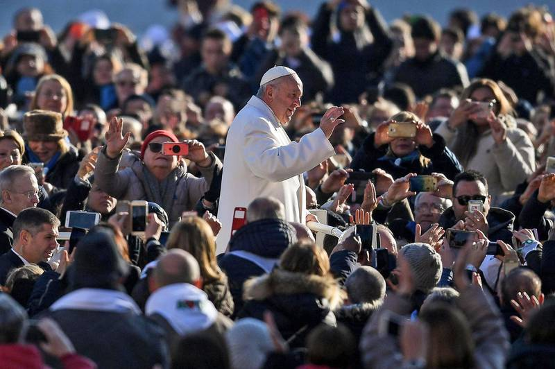 epa06470276 Pope Francis (C) waves to faithful gathering for the weekly General Audience in Saint Peters Square, Vatican City, 24 January 2018.  EPA/ALESSANDRO DI MEO