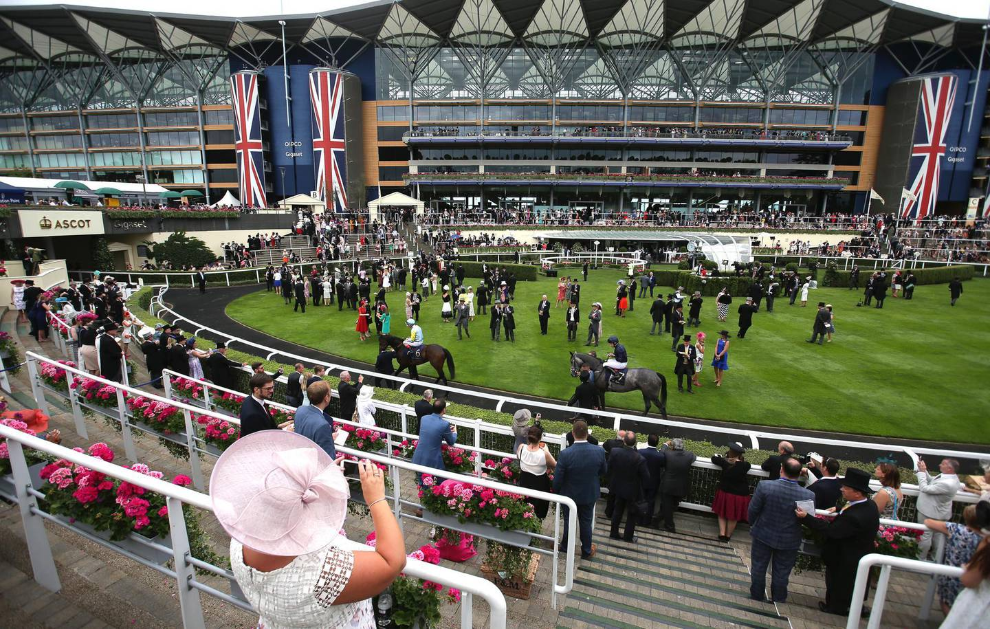 Racegoers attend the fourth day of the Royal Ascot horse racing meet, in Ascot, west of London, on June 23, 2017.  The five-day meeting is one of the highlights of the horse racing calendar. Horse racing has been held at the famous Berkshire course since 1711 and tradition is a hallmark of the meeting. Top hats and tails remain compulsory in parts of the course while a daily procession of horse-drawn carriages brings the Queen to the course.  / AFP PHOTO / Daniel LEAL-OLIVAS