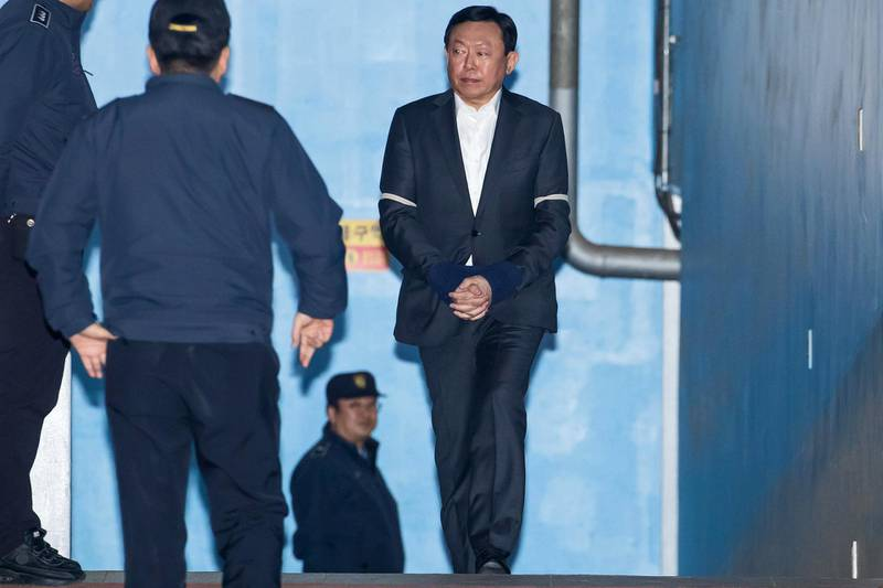 Shin Dong-bin, chairman of Lotte Group, right, walks towards a prison bus at the Seoul Central District Court in Seoul, South Korea, on Tuesday, Feb. 13, 2018. A Seoul court jailedShinafter convicting the tycoon of bribery for his role in a scandal that toppled South Korea's former president, creating a vacuum atop the nation's largest retail conglomerate. Photographer: SeongJoon Cho/Bloomberg