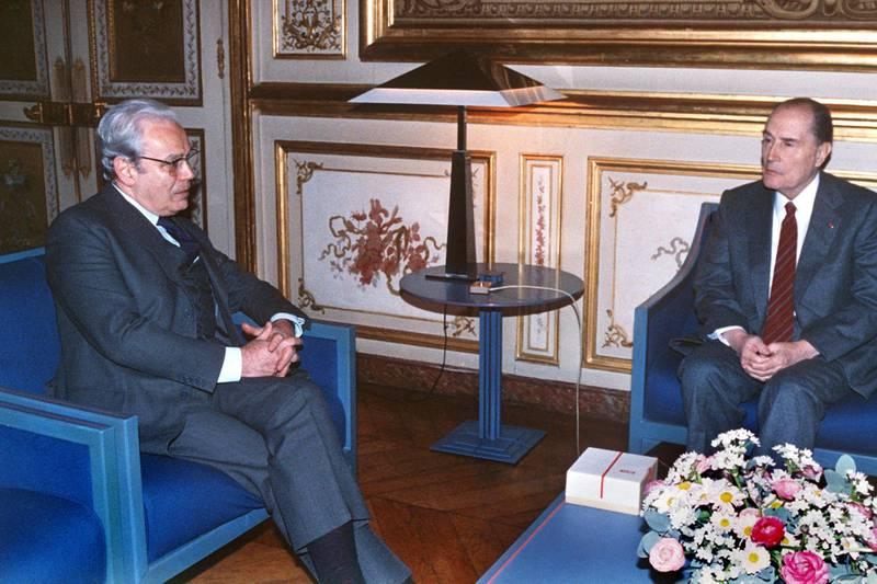 French President François Mitterrand (D) receives UN Secretary General Javier Perez de Cuellar at the Palais de l'Elysée for a brief interview, January 11, 1991, before his departure for a last chance mission to Baghdad via Geneva. (Photo by - / AFP)