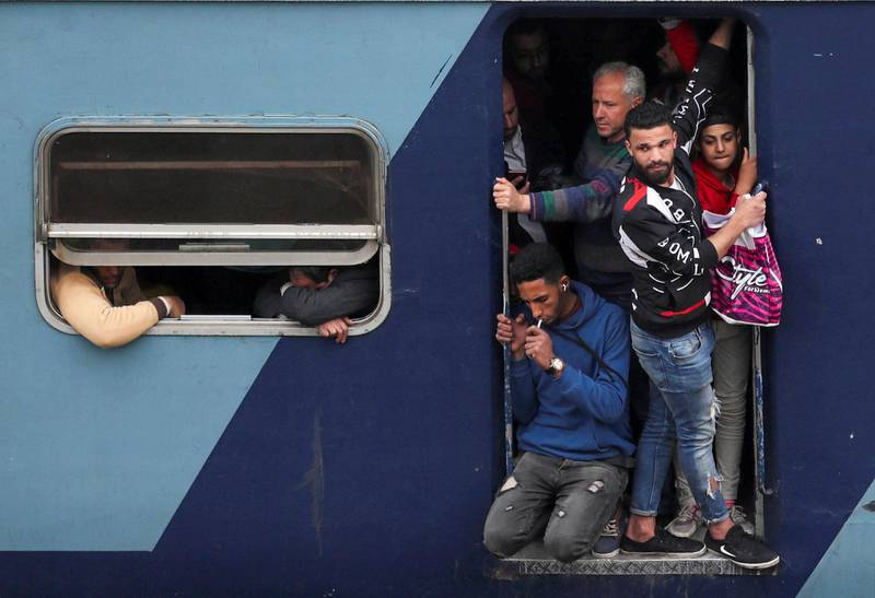 People travel on an overcrowded train before hours of curfew which was ordered by the Egyptian Prime Minister Mostafa Madbouly to contain the spread of the coronavirus disease (COVID-19), on the outskirts of Cairo, Egypt March 26, 2020. REUTERS/Mohamed Abd El Ghany