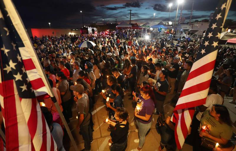 EL PASO, TEXAS - AUGUST 07: People attend a candlelight vigil at a makeshift memorial honoring victims of a mass shooting which left at least 22 people dead, on August 7, 2019 in El Paso, Texas. President Donald Trump visited the city earlier today. A 21-year-old white male suspect remains in custody in El Paso which sits along the U.S.-Mexico border.   Mario Tama/Getty Images/AFP == FOR NEWSPAPERS, INTERNET, TELCOS & TELEVISION USE ONLY ==